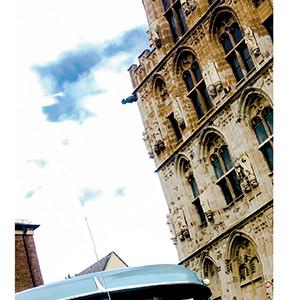 Oldtimer-Bus-white-Altstadt-Koeln